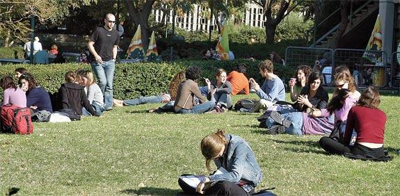 סטודנטים ברחבת אוניברסיטת תל אביב / צלם תמר מצפי